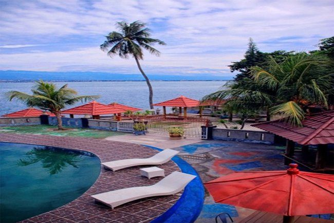 Modern hotel in Palu, Sulawesi. Amazing City Beach Resort is a 3 star hotel, take 2 minutes to the beach, perfect for holiday, or business trip. This hotel feature outdoor pool that give a sea view.  45-minute drive from Mutiara Airport. http://www.zocko.com/z/JFg7v