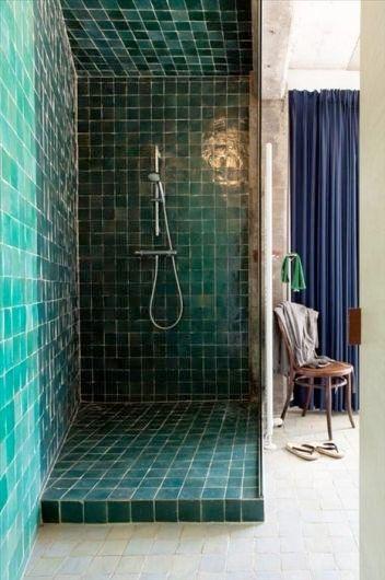 Bold teal bathroom tiles   Image via skonahem.com