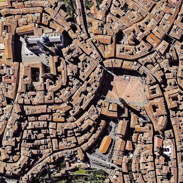 Piazza del Campo and Piazza del Duomo | Siena | Tuscany | Italy | Piazza del Campo is located between the three hills on which the city of Siena lies. From the piazza, eleven narrow streets radiate into the city. The specific fluid organic growth form of the city seems in large extent determined by the streets relation to the topography of the place. Image from Apple Maps/TomTom