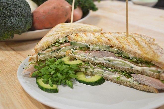 Sandwich met komkommersalade en gerookte forel - Recept | 24Kitchen