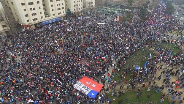 Chile, país que dió origen a las Administradoras de Fondos de Pensiones (AFP), fue escenario de una multitudinaria manifestación que exigía el fin de ese sistema, instaurado durante la dictadura de Augusto Pinochet. Santiago (AFP).- Miles de personas marcharon el domingo por el centro de la capital de Chile en una gigantesca manifestación convocada en …