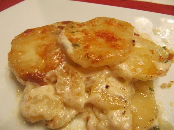 Πατάτες με ψιλοκομμένο μπέϊκον, λευκή σάλτσα/μπεσαμέλ με λιωμένα τυριά και όλα αυτά στο φούρνο. Μια συνταγή για ένα λαχταριστό αγαπημένο πιάτο με πατάτες γ