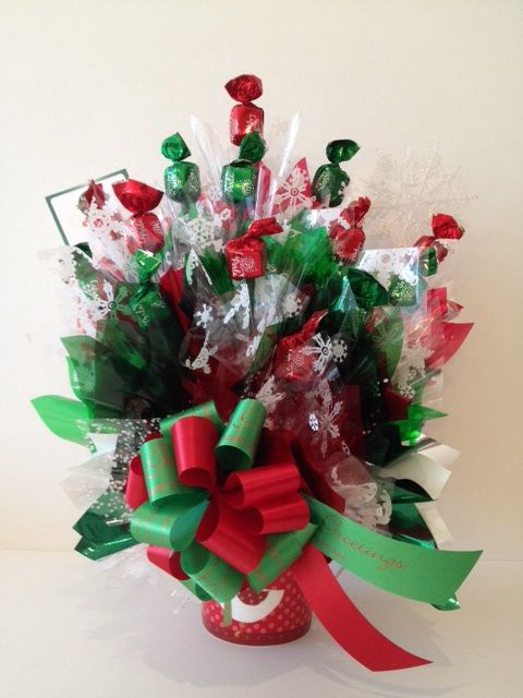 Deliciosos chocolates en un festivo bouquet navideño. Tu escoges la base que puede ser un jarro, un elegante contenedor plástico o una cajita con diseño navideño. Puede ser personalizado para obsequios corporativos o tener los colores de tu preferencia para esta Navidad.