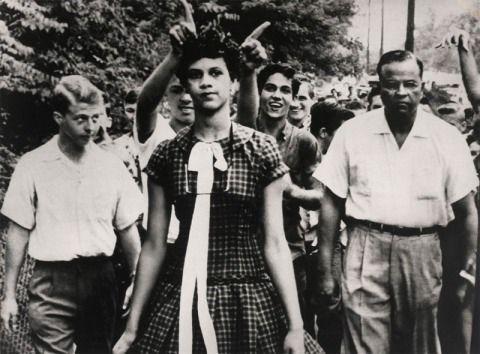 4 de septiembre, 1957 DOUGLAS MOARTIN, USA, THE ASSOCIATED PRESS.  Dorothy Counts, una de las primeras estudiantes negras en entrar al nuevo instituto interracial Harry Harding High School, en Charlotte, North Caroline (USA).