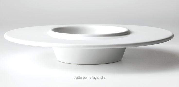 Piatto per Tagliatelle: indispensabile strumento per l'interpretazione creativa di Gianni D'Amato. Miusure e proporzioni progettate per la sua personale preparazione.  #piatto #tagliatelle #foodporn #art #ceramica #design #chef