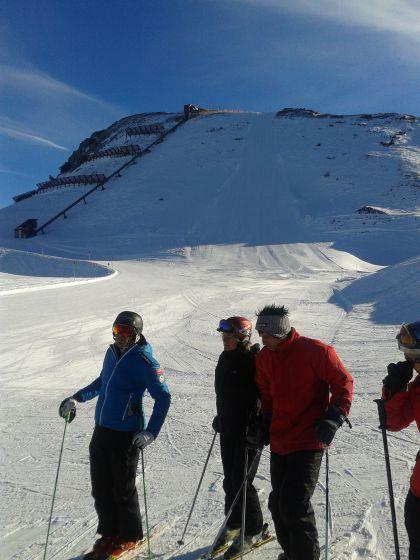 Skifahren mit dem Weltmeister - In Zauchensee, wo an diesem Wochenende der Damen-Skiweltcup Station macht, ist Michael Walchhofer allgegenwärtig. So logisch es ist, ihm irgendwo zu begegnen, eine Ausfahrt mit dem Weltmeister ist etwas ganz Besonderes. Hier geht's zum Reisebericht: http://www.nachrichten.at/reisen/Skifahren-mit-dem-Weltmeister;art119,1275444 (Bild: R. Gruber)