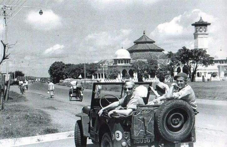 Tentara Inggris di jln Indrapura depan masjid Kemayoran.. tahun 1945