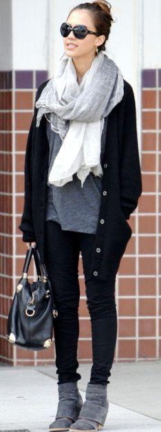 Lässiger Style mit XXL Schal. Als Accessoire Sonnenbrille und Handtasche. Geht immer.