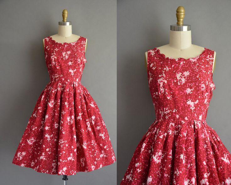 Vintage jaren 1950 katoenen jurk met een leuke donkere rode wijn en roze kleur abstract afdrukken in. Er zijn kleine Strass details in het lijfje. De jurk functies buste Darten met een nipped wast passen en volledige rok. Er is een kant metalen rits sluiting.  ✂---M E EEN S U R E M E N T S---  best past: xs / kleine  Bust: 34 Taille: 24,5 heupen: open fit totale lengte: 38  Label/etiket: Wildman materiaal: katoen conditie: goed, over het geheel genomen de jurk presenteert heel goed...