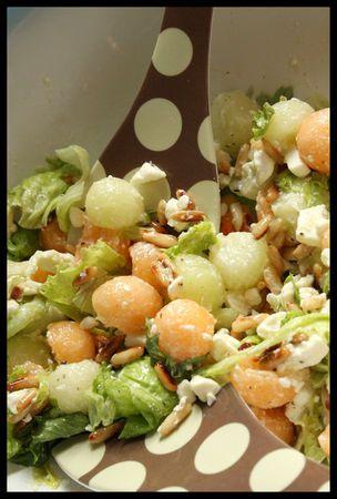 Salade feta melon jaune et vert  Pour deux personnes:  ½ melon vert  ½ melon jaune  50g de pignons dorés à sec  100g de feta  2-3 poignées de jeunes pousses de salade  Huile d'olive  Set & poivre voatsiperifery    Couper les melons en deux, les épépiner et à l'aide d'une cuillère parisienne, récupérer des billes de chair de melon, les mettre dans un saladier. Ajouter les pignons de pin, la feta émiettée, la salade et un filet d'huile d'olive. Saler, poivrer et mélanger.