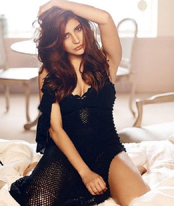 Like Kareena Kapoor Khan, Anushka Sharma too is keen to do a chick flick but conditions apply #AnushkaSharma #Script http://www.glamoursaga.com/here-is-what-anushka-sharma-demands-from-a-chick-flick-script/