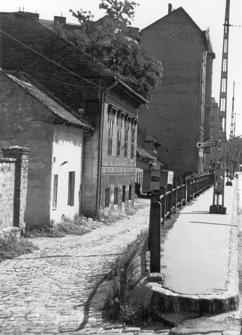 Haller utca (Hámán Kató út) a Mester utca felé nézve.