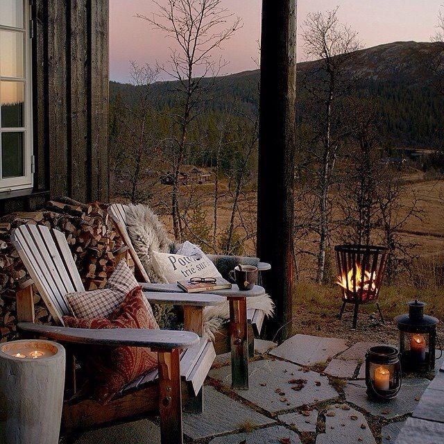 Le jardin, même en hiver avec ces fauteuils en bois, coussins et lanternes