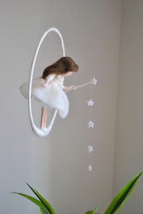 Wollpuppe Nursery Mobile/Wall Hanging Waldorf inspiriert: Weiße Fee mit Sternen und Kristalltropfen
