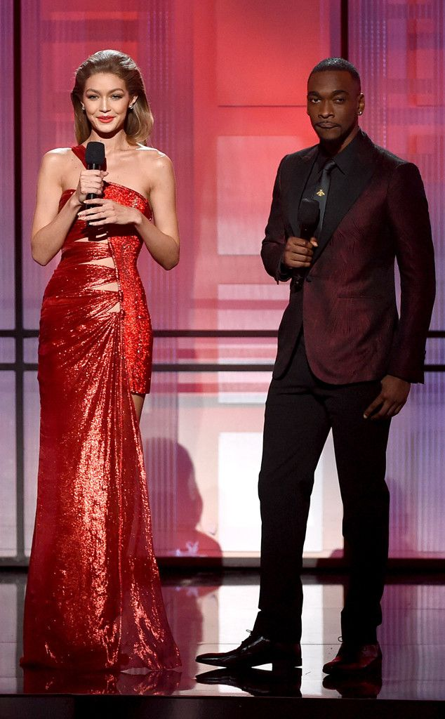 Gigi Hadid and Jay Pharoah's AMAs Opening Monologue Included a Melania Trump Impression and an Impromptu Song | E! News