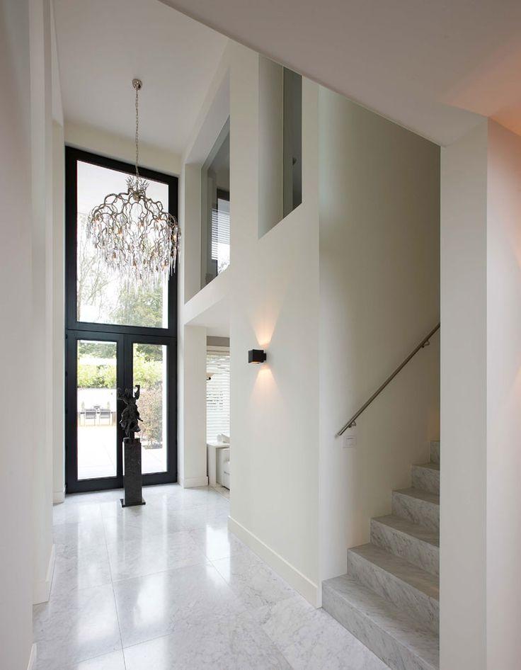 Hoge entree over 2 verdiepingen met ramen in de kamers van de 1e verdieping. Van Villabouw Vlassak Verhulst.