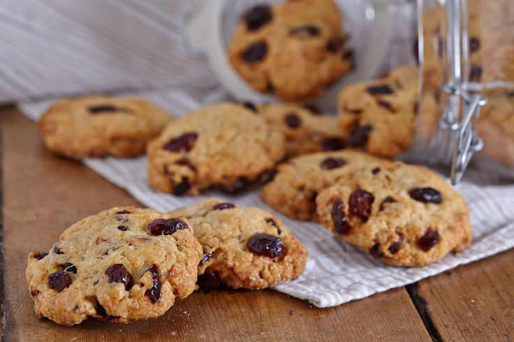 Dit recept is vanaf heden je redder in nood. Het leidt je namelijk niet alleen naar heerlijke cranberry koekjes, maar is tevens een makkelijk basisrecept voor vegan koekjes waarmee je eindeloos kunt variëren! Probeer het maar eens door de cranberry's door iets anders te vervangen, zoals gehakte noten, chocolate chips, havermout of rozijnen.