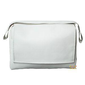 Stijlvolle, witte luiertas met handige flap en rits gemaakt van zacht kunstleer. De luiertas heeft een afmeting van 40x28x16