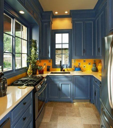 O bucatarie mica de la bloc poate fi personalizata folosind culorile
