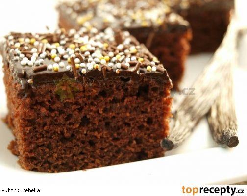 Hrníčková kefírovka ( bezvaječná ) 3 hrníčky polohrubé mouky 2 hrníčky krupicového cukru 1 vanilkový lusk 2 lžíce kvalitního kakaa holandského typu 1 lžíce jedlé sody 2 hrníčky kefíru 1/2 hrníčku oleje čokoládová poleva