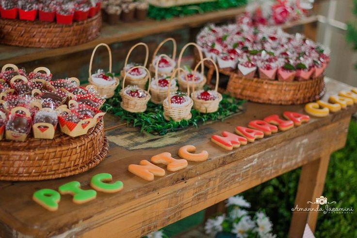 mesa de bolo de festa com tema picnic para menina. ideal para meninas até seis anos de idade. Festa com cor vermelha.