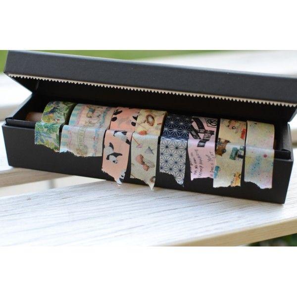 Máme něco pro washipáskové nadšence, ale i pro začátečníky. Představujeme Vám první propracovanou krabičku na washi pásky , které zároveň stylově a prakticky uskladníte, ale jsou připraveny ihned k použití. Rozměry: 17 cm x 4,5 cm x 4,5 cm Krabička pojme 10 ks washi pásek o rozměrech 15 mm x 7 m. Toto balení je možné použít pouze na washi pásky z naší nabídky, o délce 7 m. Made in Japan