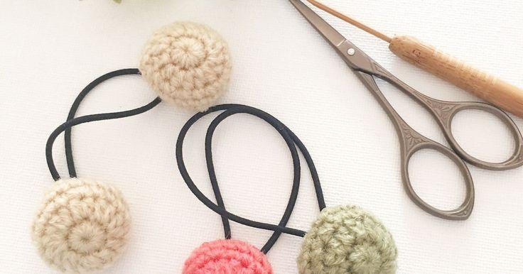 コットン糸や毛糸で編んで作るヘアゴムは、素材が柔らかいので結んでみると形が変形したり、使っていくうちに編んだ部分とゴムを通してる部分がクタッとヨレたりします。 せっかく可愛いのを作っても、すぐに変形したりクタッとすると残念ですよね… 作った時の可愛い形のままで、ずっと使っていけるように、2つ穴ボタンを使って簡単に可愛いヘアゴムを作る方法を考えたのでぜひ試してみてくださいね。