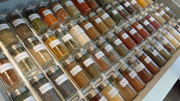 Stel zelf je specerijen- en kruidenmixen samen, dan weet je precies wat erin gaat. In veel kant en klaar mixen zitten onnodige toevoegingen en veel zout.