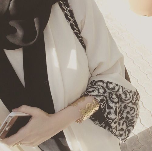 White and black open #abaya, what more do you need? Love love love. Gorgeous sleeve desighn!!!
