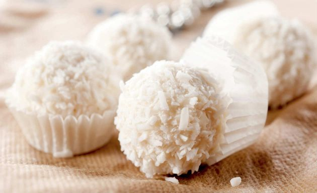 Beijinho gostoso: hidratar o coco ralado no leite de coco é uma DELÍCIA