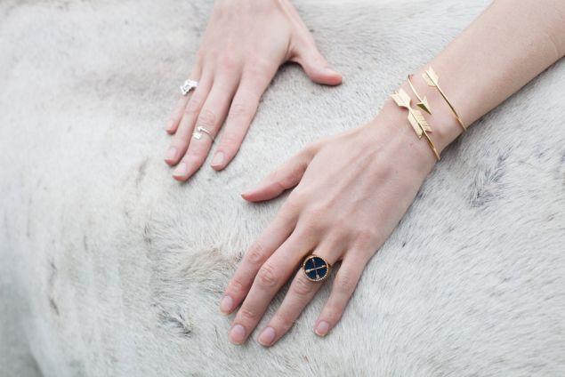 Jonc flèche en métal doré. Un bracelet créateur tendance 2017. Bracelet réglable convient à tous les poignets.Ce bracelet tendancea tout ce qu'il lui faut pour devenir l'accessoire incontournable de la saison! Profitez de bracelet à prix mini!  Emballage cadeau offert!