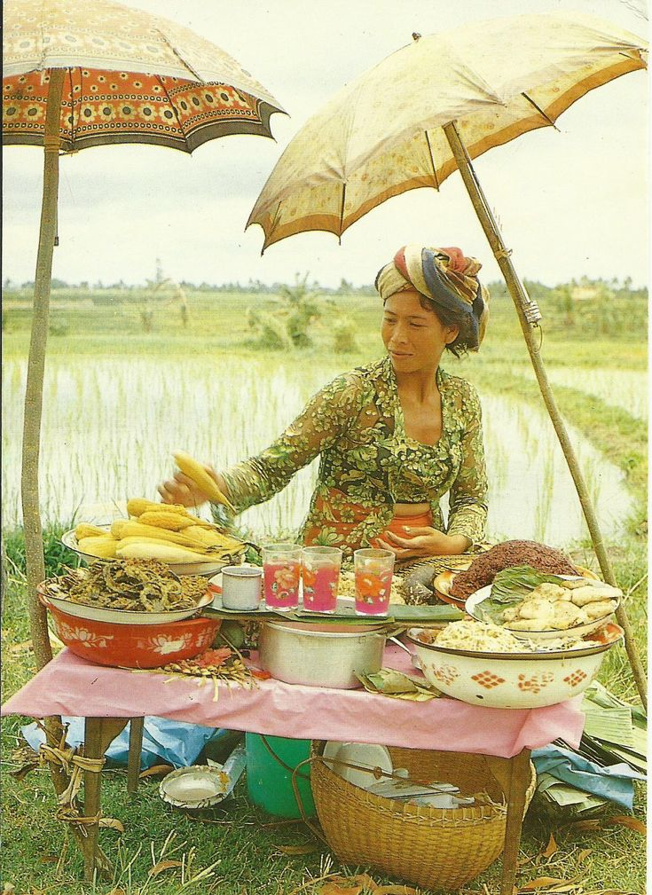 Bali - A typical Balinese hawker at Tanah Lot, Tabanan, Bali.