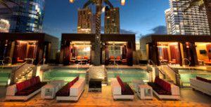 Marquee Dayclub Piscina en Cosmopolitan. Las filas de tumbonas y sillas de salón se extienden entre las palmeras a ambos lados de la piscina principal. Más divanes línea del norte y los bordes vienen hasta el agua. http://lasvegasnespanol.com/en-las-vegas/marquee-dayclub-piscina-cosmopolitan/