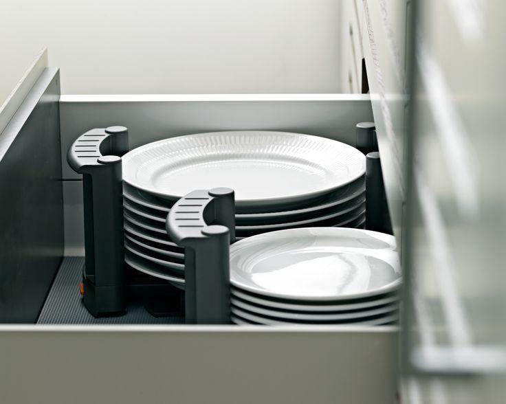 Tallerkenstativerne kan du bruge til at bære tallerkenstakken ind på spisebordet eller fra opvaskemaskinen og tilbage på plads i køkkenskuffen. Se flere smarte detaljer på www.jke-design.dk.