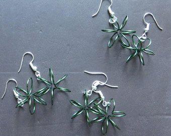 Minimalistische draad bloem oorbellen / / gekleurde draad / / minimalistische sieraden / / natuur sieraden / / bloemen / / blauwe en groene / / Women's sieraden