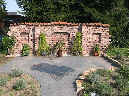 SMALL AND LOW GARDEN WALL IDEAS