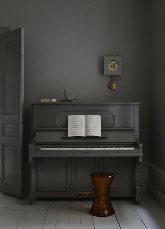 grijze piano op grijze muur