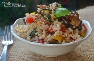 Insalata di riso con verdure grigliate e tonno