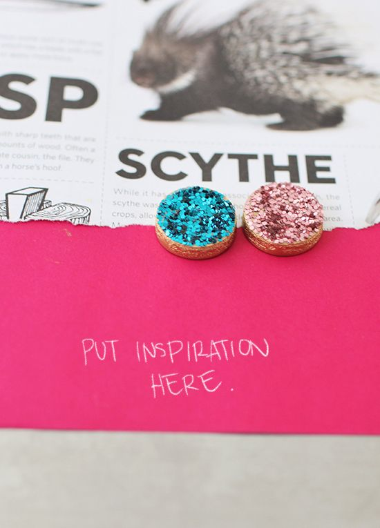 Cute little Glitter Magnets, how could I not pin this! Its the small details that will make you smile while walking around your house/workspace.