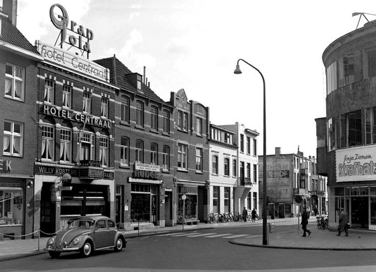 """Nogmaals het Stationsplein, de filmtitel op de Roijal bioscoop is Strafbataillon 999 met oa Sonja Zieman, en deze was in November 1960 in omloop.""""Vaqn links naar rechts een stukje van Apotheek Ritzen, dan hotel Centraal, 2 panden van de fa Houben-Vestjes. De andere panden zijn mij niet bekend."""