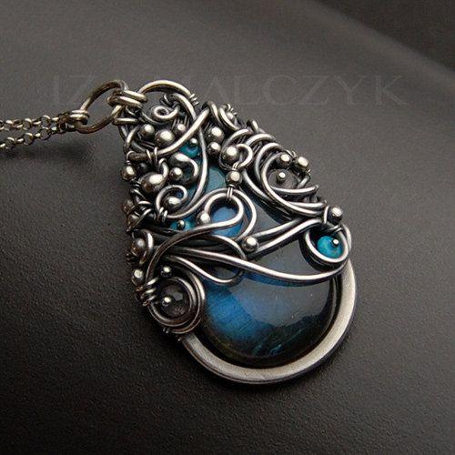 Fabriqué en fine oxydé et argent sterling, ce collier a été créé autour d'une…