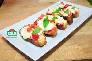 Crostini con mozzarella di bufala siciliana