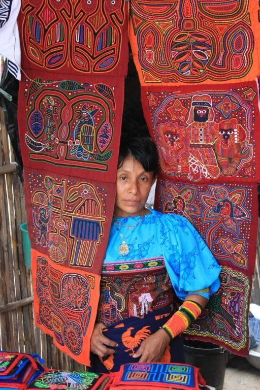 Las molas, provenientes de la cultura Kuna que comparte el territorio de Colombia y Panamá, son confecciones decorativas de telas, trabajadas al revés con la técnica del llamado bordado aplicado, elaboradas con vistosos textiles de diferentes colores. Handicraft by Kuna Natives. IdentifyColumbianart.wordpress.com | Clothroads