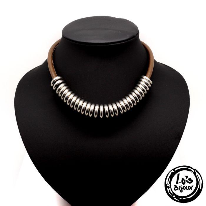 Tendance ethnique chic avec ce collier en cuir volumineux.    Collier femme en cuir et acier inoxydable.