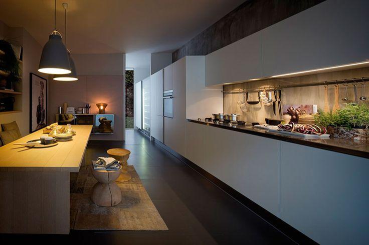 Cucina ARCLINEA modello GAMMA in laminato SATIN bianco e piani e gole inox. Design by Citterio_ Arclinea