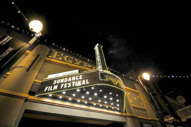 Sundance, capitale du cinéma indépendant Le festival du film de Sundance a réussi un incroyable tour de force: déloger de Los Angeles et de New York stars du cinéma, intellectuels et cinéphiles branchés pour les attirer dans l'Utah, un Etat surtout connu pour ses paysages naturels grandioses. Chaque année, en hiver, la population de la petite commune de Park City passe de 8 000 à 50 000 résidents. Autant dire que les places pour assister aux avant-premières des films indépendants les plus…