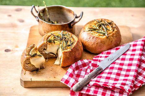 Voňavý rozpečený hermelín v křupavém chlebíčku musí nadchnout i masožravce!; Sedlčanský