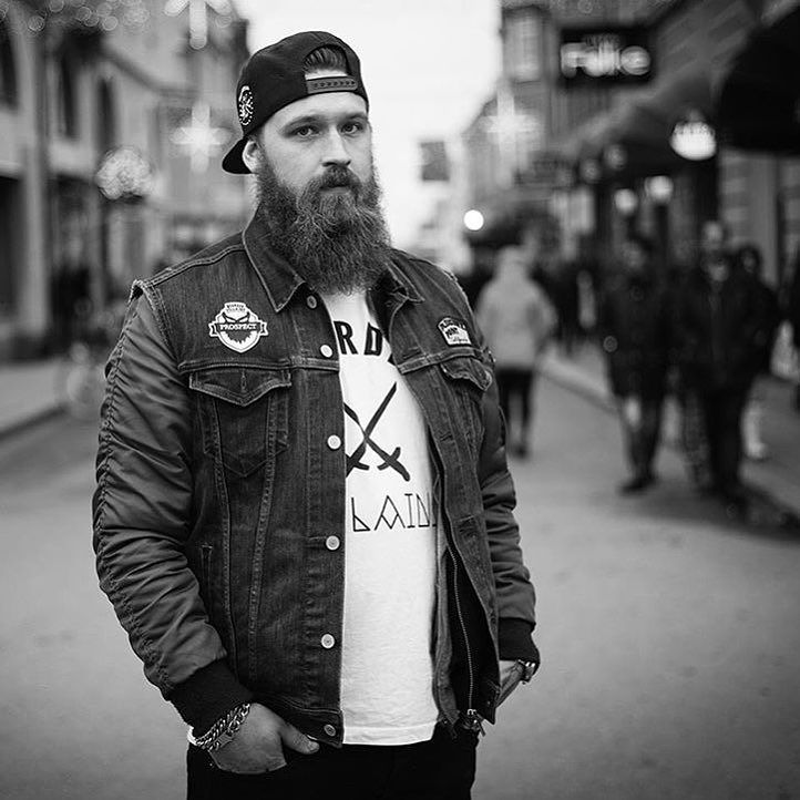 2015 was good year filled with many nice events get togethers and charity work made in the name of beard! Here's @jonaspsblomgren at the rememberable @musikhjalpen in Linköping where @beardedvillains_sweden helped out to raise a great amount of money to the cause! Well done brothers! . Photo: @jessiwikstrom…