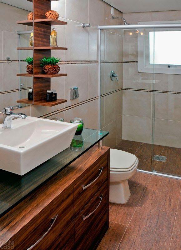 Inspiração banheiro com detalhes em madeira, piso cerâmica fosco com impressão de ranhuras de madeira.