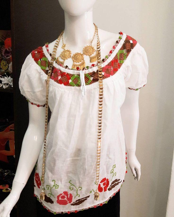 VENDIDA Hermosa...simplemente #hermosa #camisola con #mundillo #pepiado cosida totalmente #amano  Ta - elclosetdeyussy